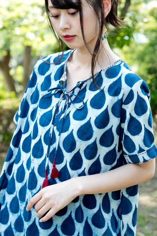 藍染のバルーンワンピース 6 - 襟元、袖口には赤い糸でステッチが施されております。