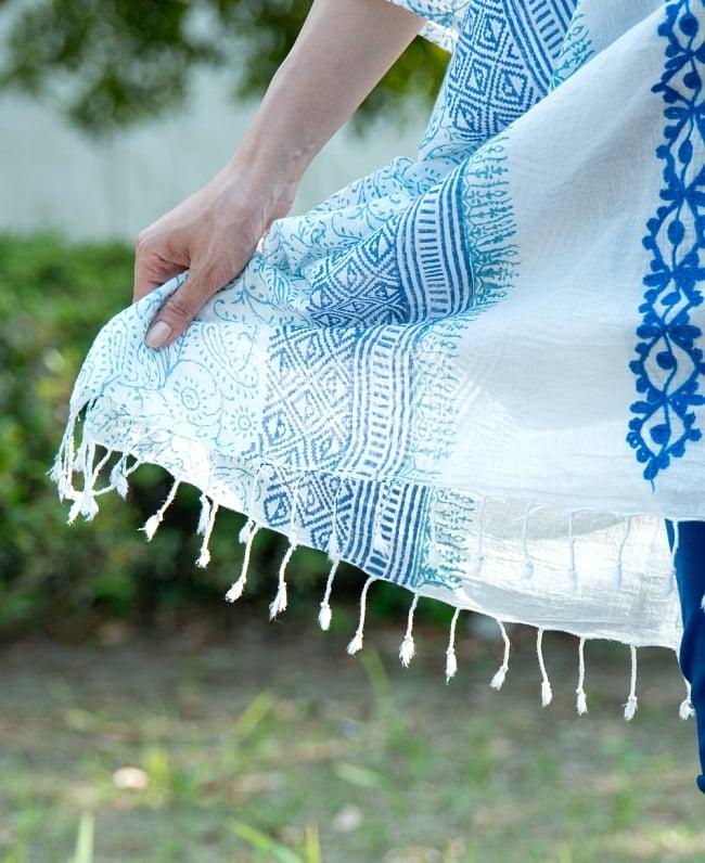 ロング丈のカフタンチュニック 7 - 裾にはフリンジがたっぷり。動くたびにヒラヒラ揺れて軽やかな雰囲気に。