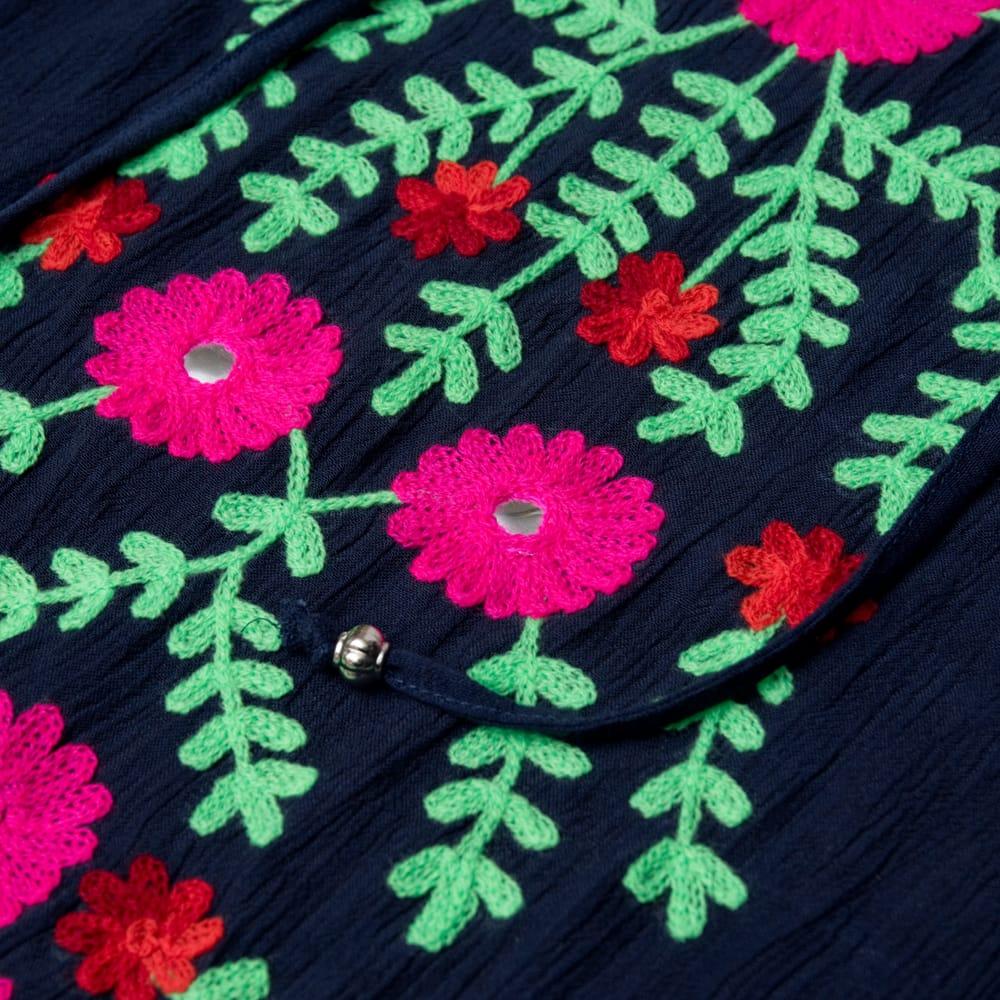 ミラーワークと刺繍のオープン ショルダー クルティ 10 - 刺繍部分をアップにしてみました。