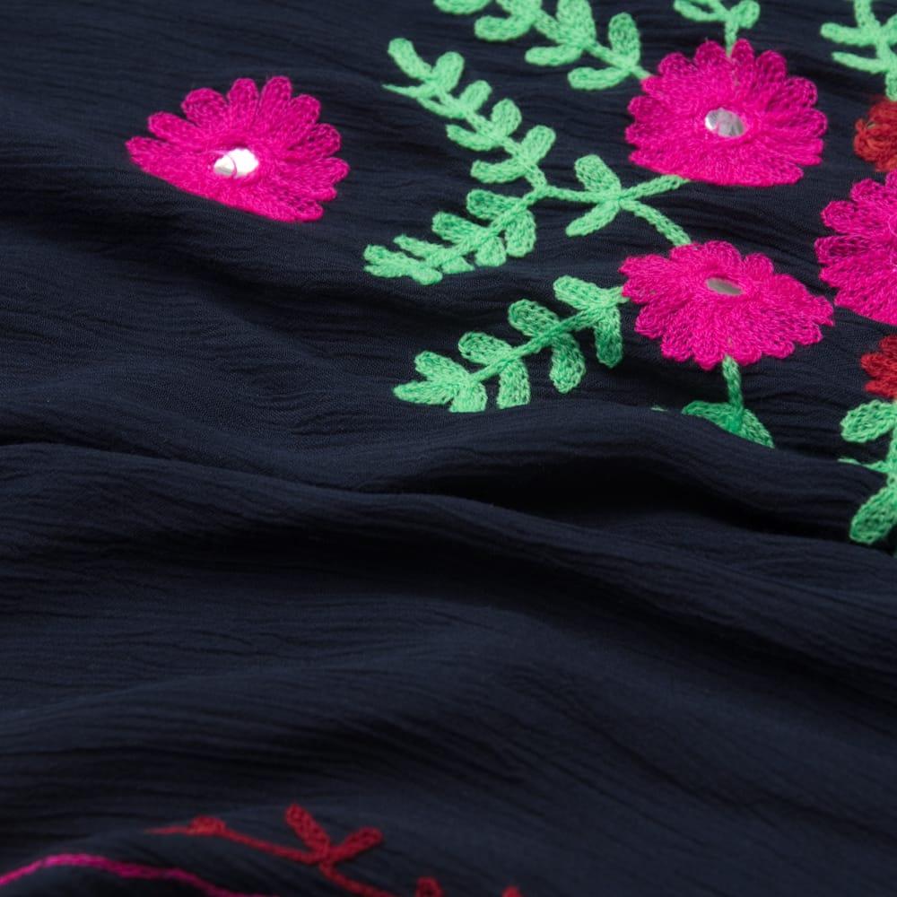 ミラーワークと刺繍のオープン ショルダー クルティ 11 - 質感はこのようにしわのあるシャリシャリした素材です。