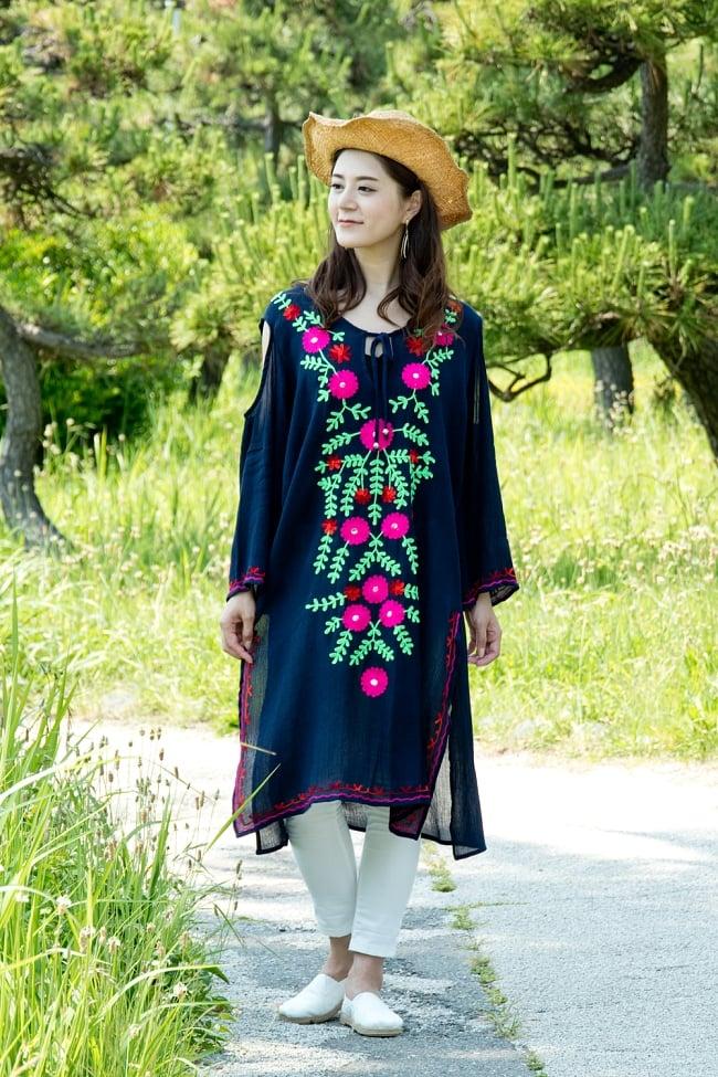 ミラーワークと刺繍のオープン ショルダー クルティ 2 - 身長165cmのモデル着用例です。