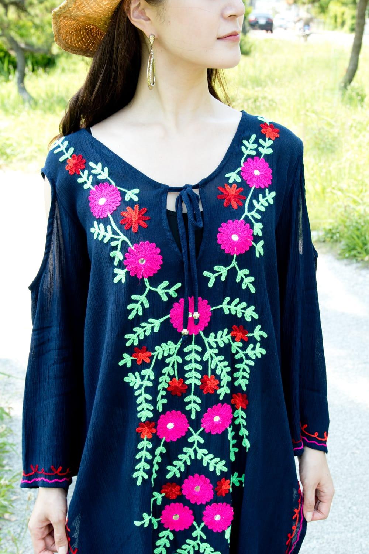 ミラーワークと刺繍のオープン ショルダー クルティ 6 - 刺繍は大胆に施されています。鮮やかな色がネイビーの生地に映えます。