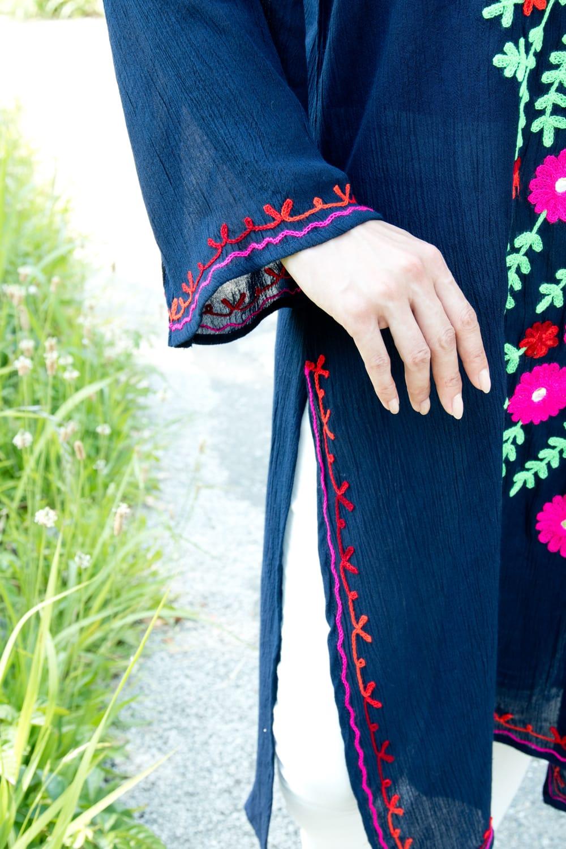 ミラーワークと刺繍のオープン ショルダー クルティ 8 - 袖口にも刺繍が施されていい感じ。
