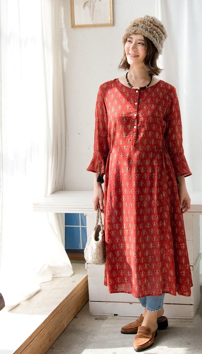アジュラック染の7分袖ワンピース 2 - 身長165cmのモデル着用例です。美しいアジュラック染めで落ち着いた色合いが素敵です。