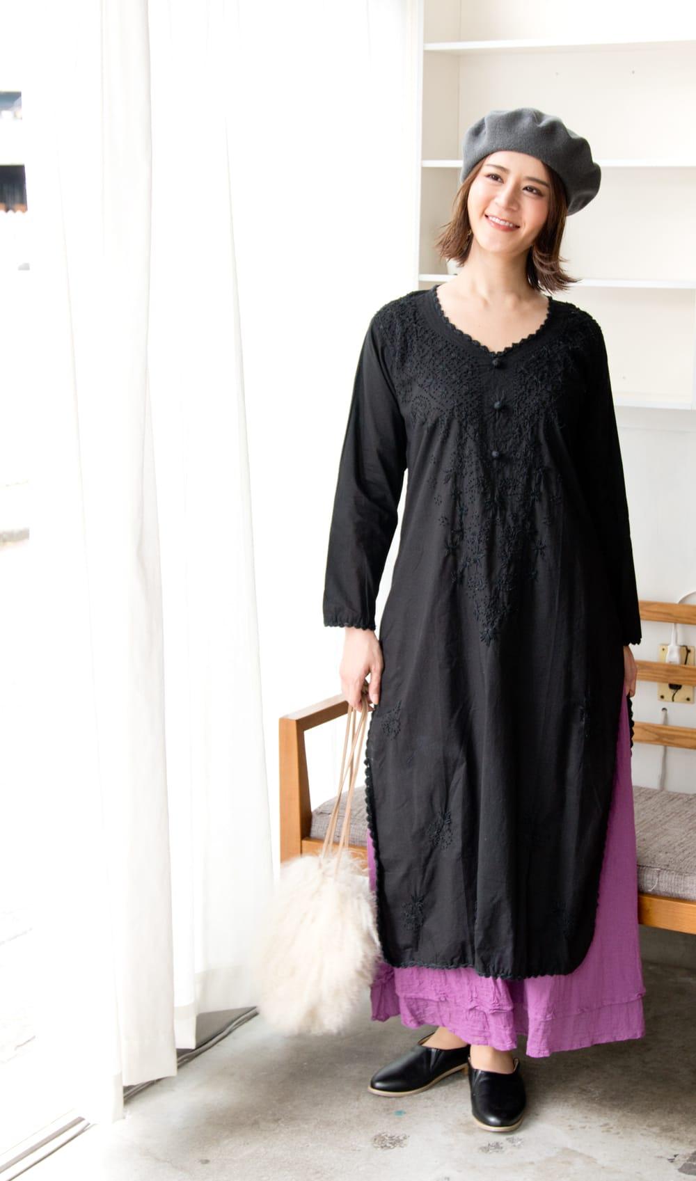 たっぷり刺繍のシンプルクルティ 2 - 全体写真です。モデルさんの身長165cm、40号を着ています。