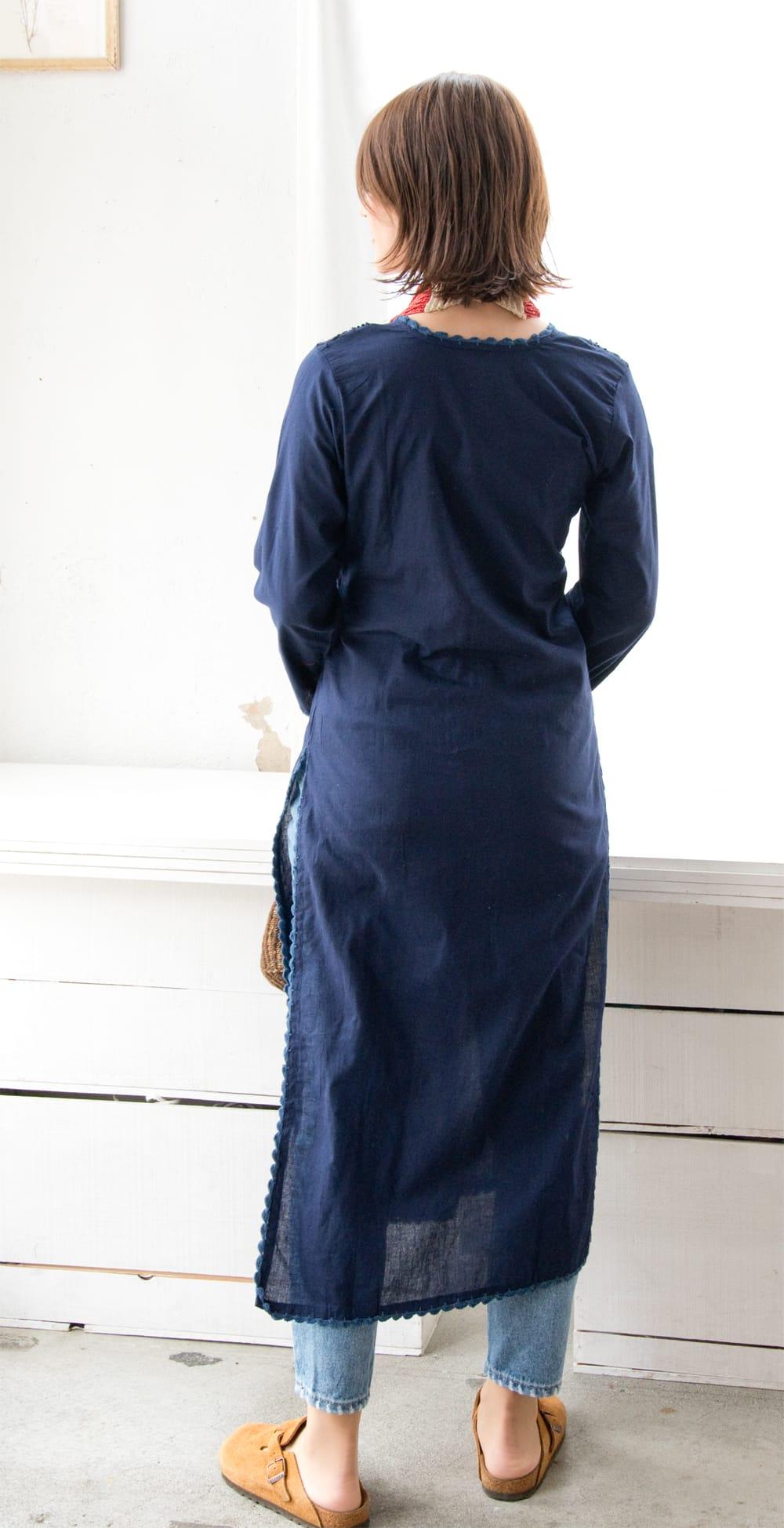 たっぷり刺繍のシンプルクルティ 4 - 身長165cm、38号の着用例です。後ろ姿もスッキリした印象です。