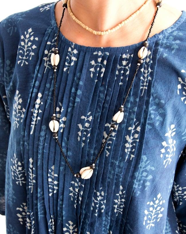 藍染のピンタックワンピース 5 - 胸元にはピンタックが施されて丁寧な作りが感じられます。
