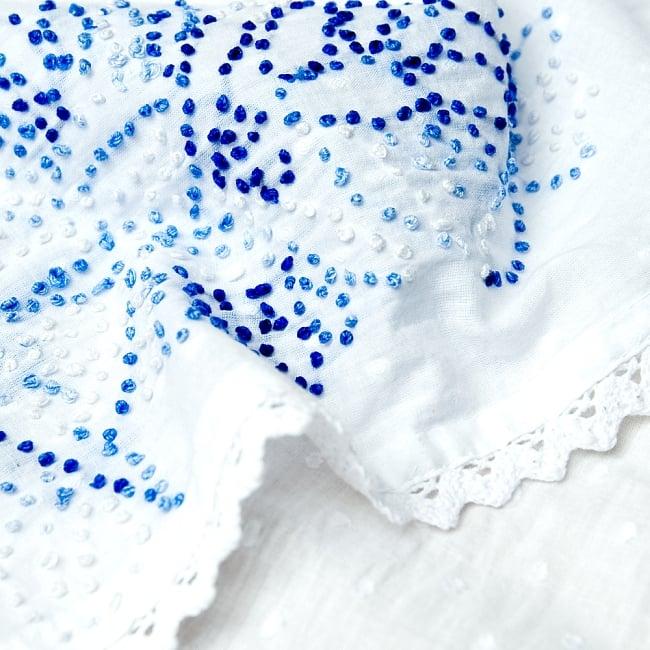インナー付きが嬉しい!ホワイトドット生地の刺繍クルティ 10 - 端はレース仕上げになっています。