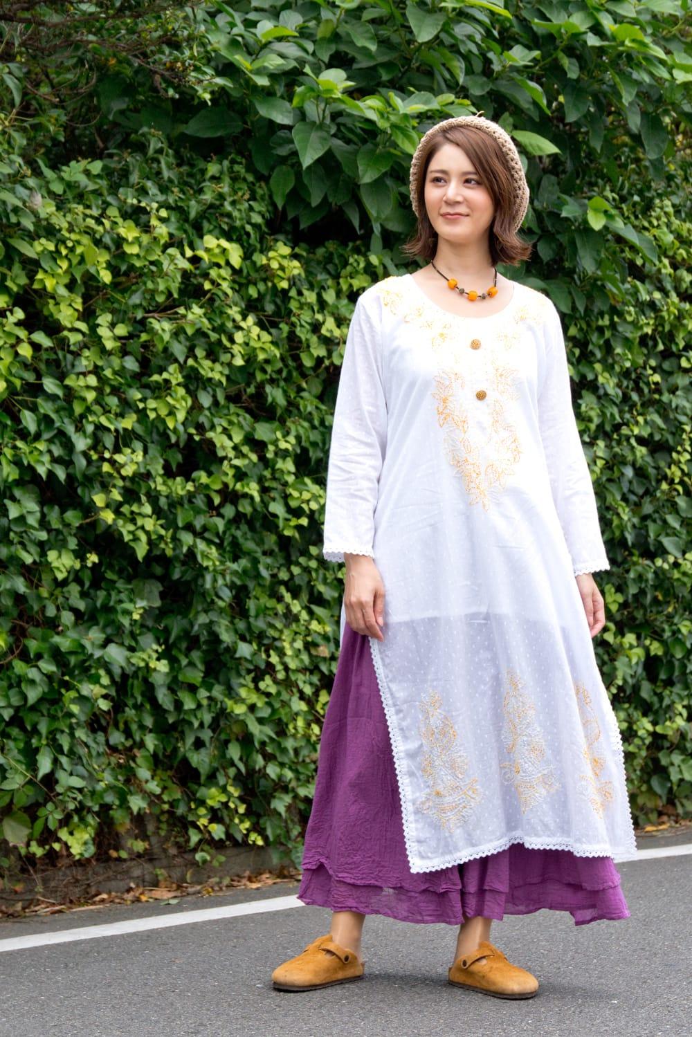インナー付きが嬉しい!ホワイトドット生地の刺繍クルティ 2 - 身長165cmLサイズ着用例です。