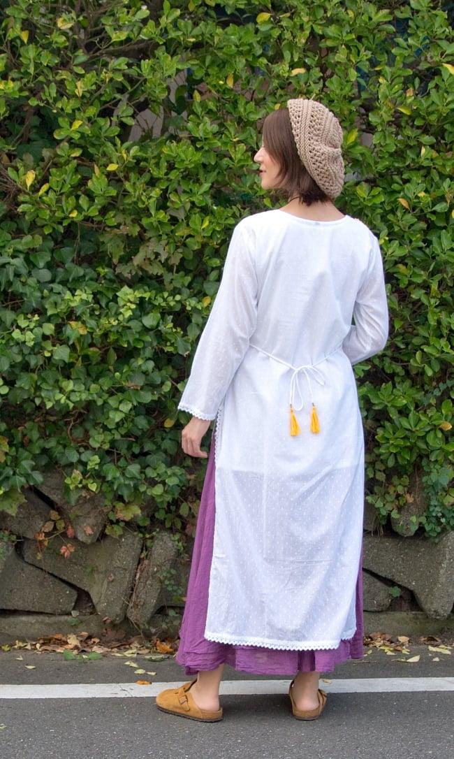 インナー付きが嬉しい!ホワイトドット生地の刺繍クルティ 4 - 後ろ姿です。