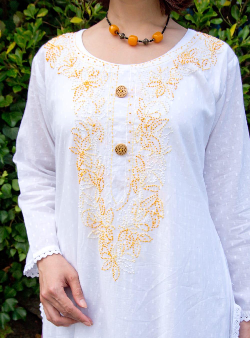 インナー付きが嬉しい!ホワイトドット生地の刺繍クルティ 5 - 胸元の刺繍が華やかです。