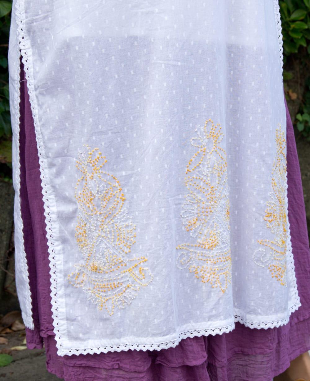 インナー付きが嬉しい!ホワイトドット生地の刺繍クルティ 6 - 裾にも刺繍が施されています。