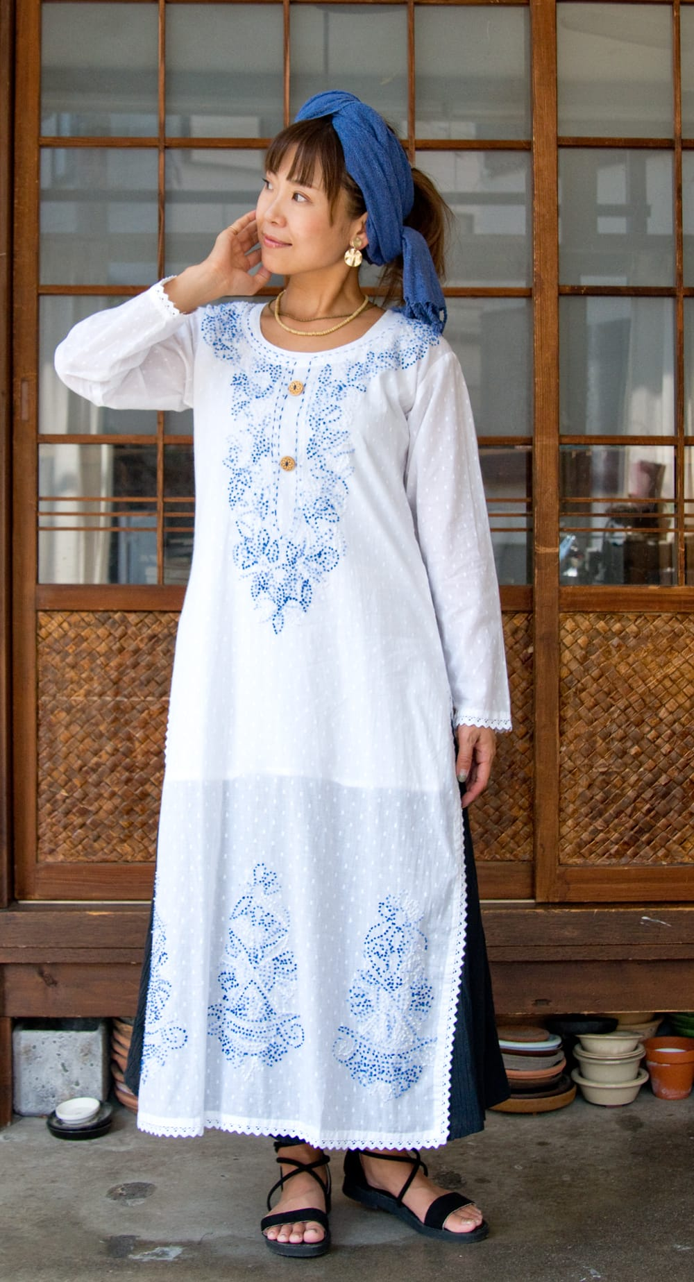 インナー付きが嬉しい!ホワイトドット生地の刺繍クルティ 7 - 身長152cmMサイズの着用例です。