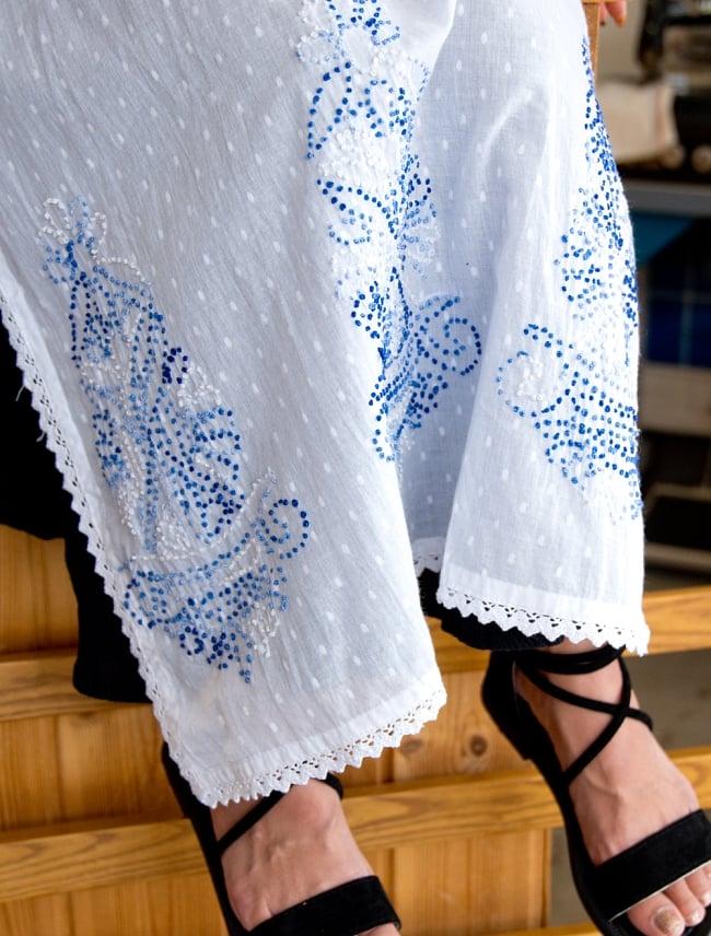 インナー付きが嬉しい!ホワイトドット生地の刺繍クルティ 8 - 裾にも刺繍が施されています。