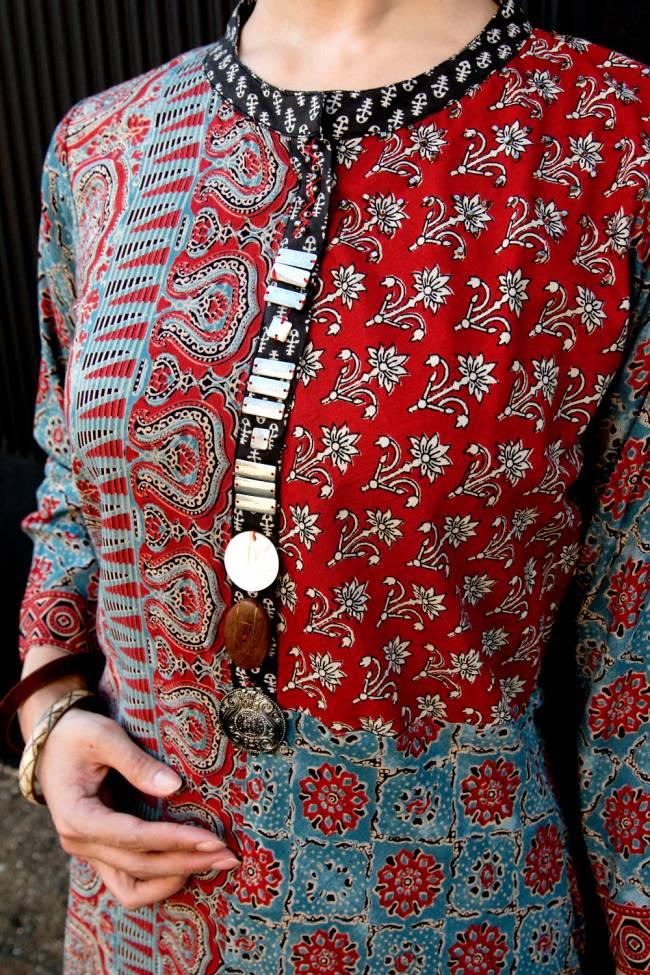 個性派ボタンが可愛い!ウッドブロックプリントのアシンメトリー ロングクルティ 5 - 前面のボタンが個性的な雰囲気を醸し出します。
