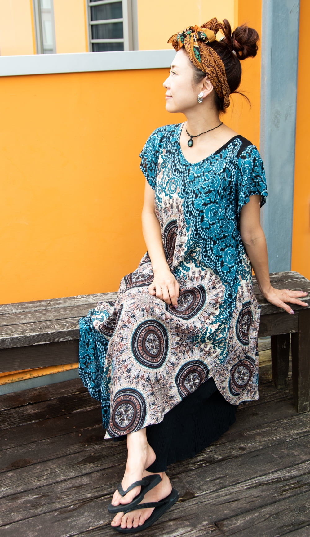 マンダラプリントの半そでラウンドワンピース 2 - ラウンドカットされた裾が可愛いです。