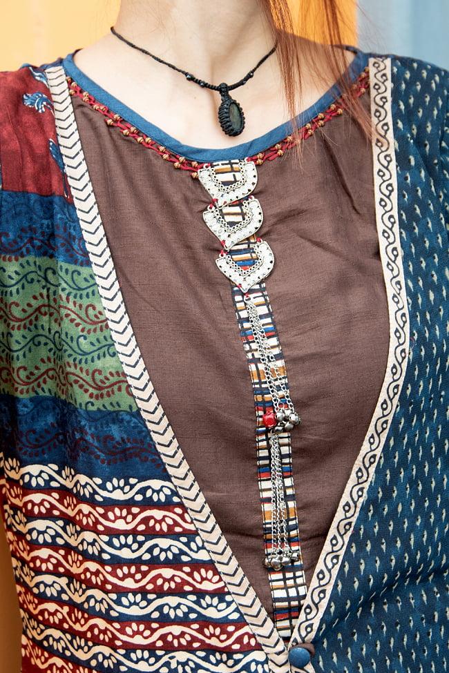 ビーズとウッドブロックプリントのワンピース 4 - 胸元のビーズが華やかで個性的な仕上がりになっています。