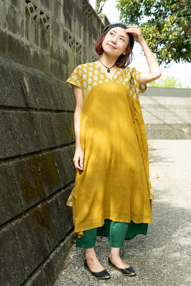 ドビー織りで軽やかに ウッドブロックプリントのワンピース 2 - 身長152cmのモデル着用例です。