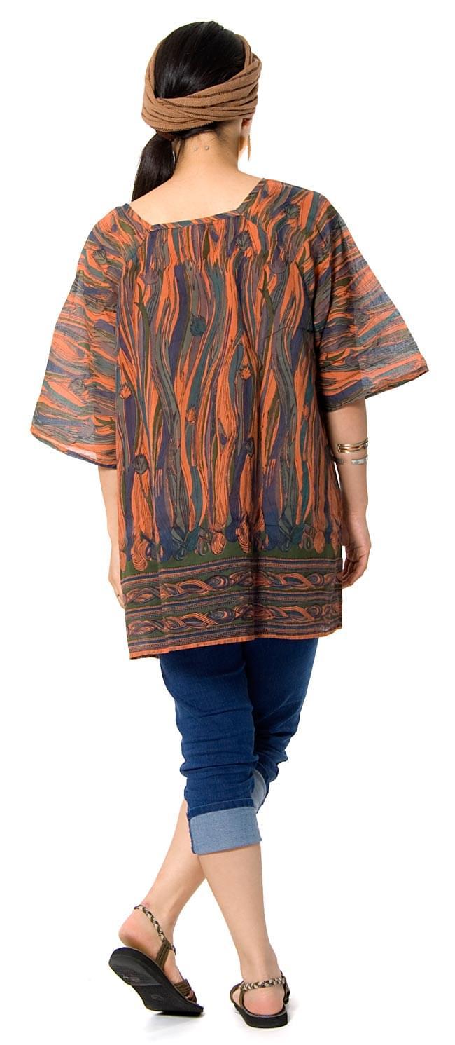エスニックジャングル ハーフスリーブチュニック 【オレンジ系】 2 - 後ろ姿はこんな感じです。