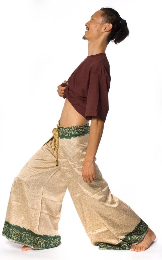 リバーシブル サリー生地タイパンツ 【ベージュ系】の写真6 - 身長180�のインドパパ着用例です。