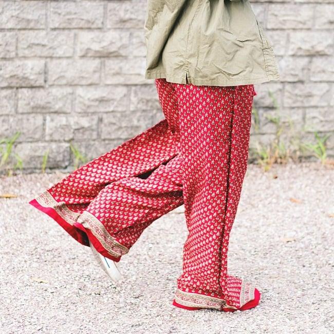 アンティークサリー生地のタイパンツ - 赤・ピンク系の写真2 - 以下はモデルさんの着用例となります