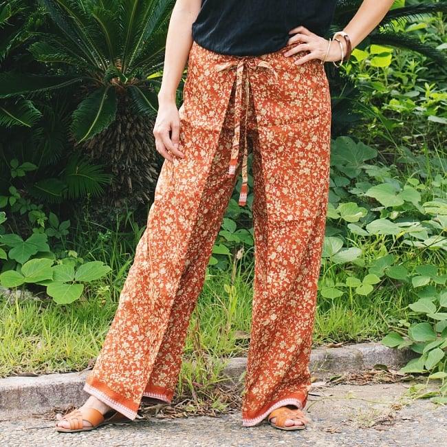 アンティークサリー生地のタイパンツ - 黄・オレンジ系 2 - 以下はモデルさんの着用例となります