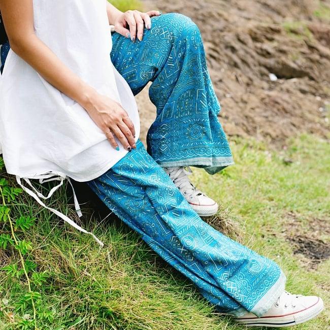 アンティークサリー生地のタイパンツ - 青・紫系 2 - 以下はモデルさんの着用例となります