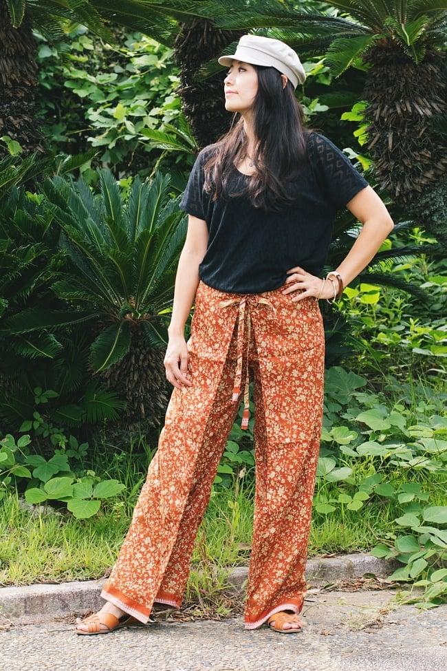 アンティークサリー生地のタイパンツ - 青・紫系 3 - 【黄・オレンジ系】を身長165cmのモデルさんが着たところです。
