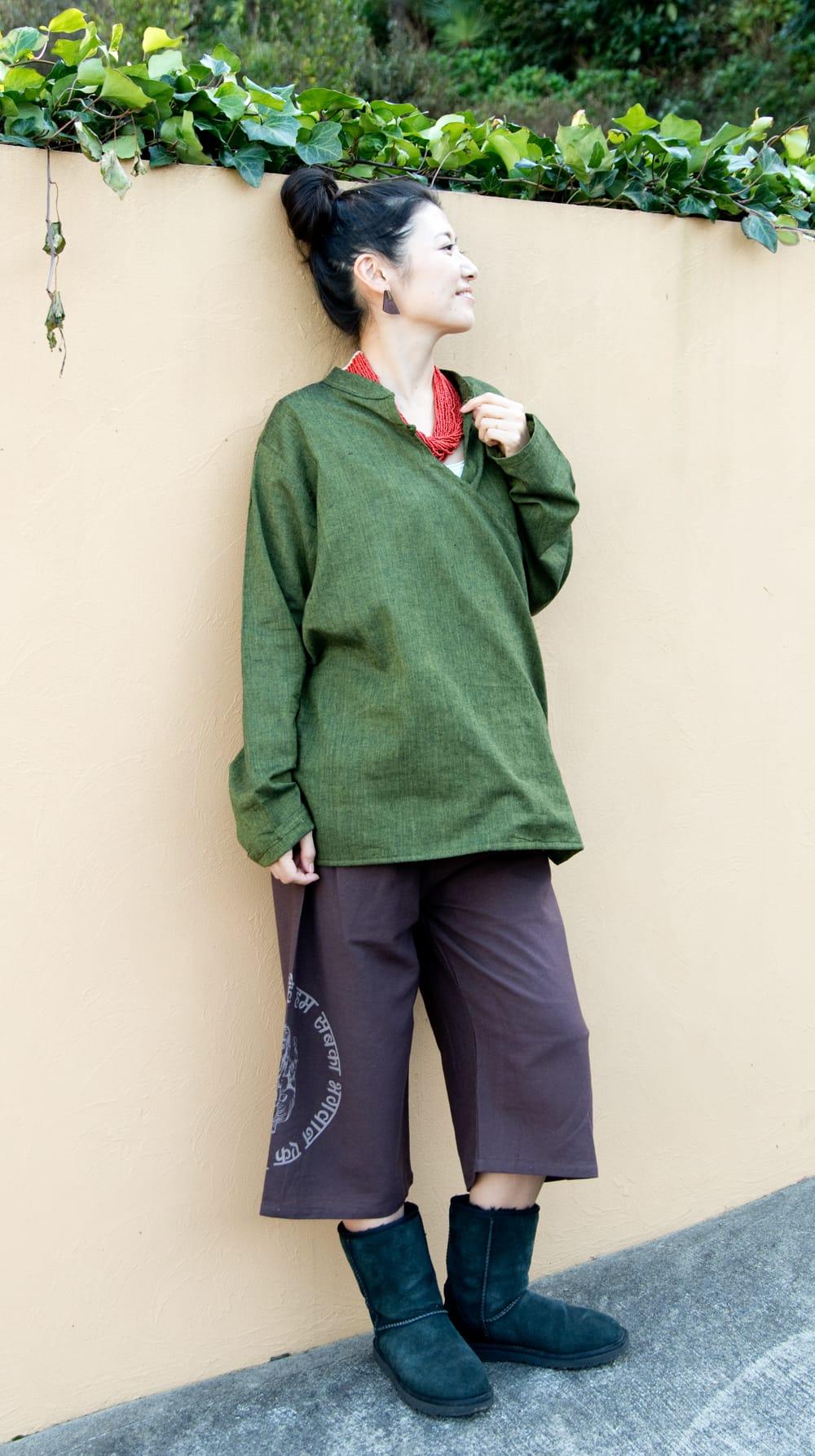 ガネーシャのショートパンツ 2 - 身長165?のスタッフが着てみました。ユニセックスデザインなので、男女問わずお楽しみいただきます。