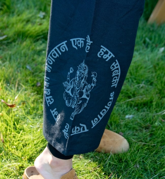 ガネーシャのショートパンツ 5 - 足にはガネーシャのプリントが印象的です。
