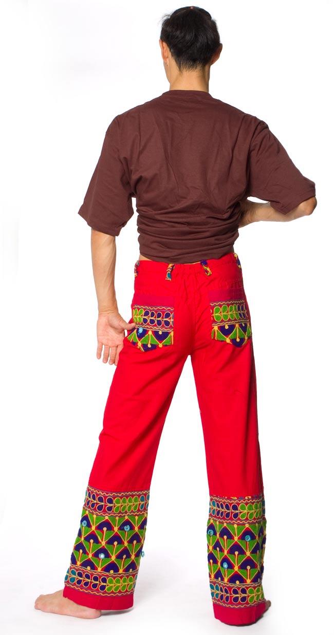 カッチ地方のトライバル刺繍パンツ - 赤 2 - 後ろ姿はこんな感じです。