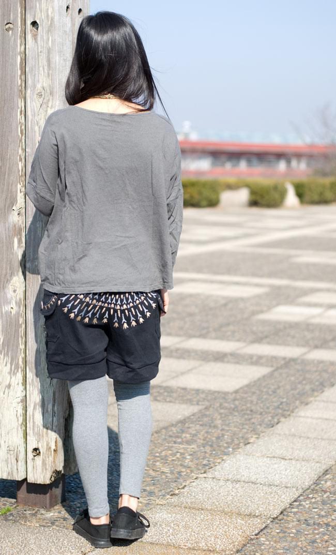 バック刺繍スウェットショートパンツ 【黒】の写真3 - 後ろ姿はこんなかんじです。刺繍が目を引きますね。
