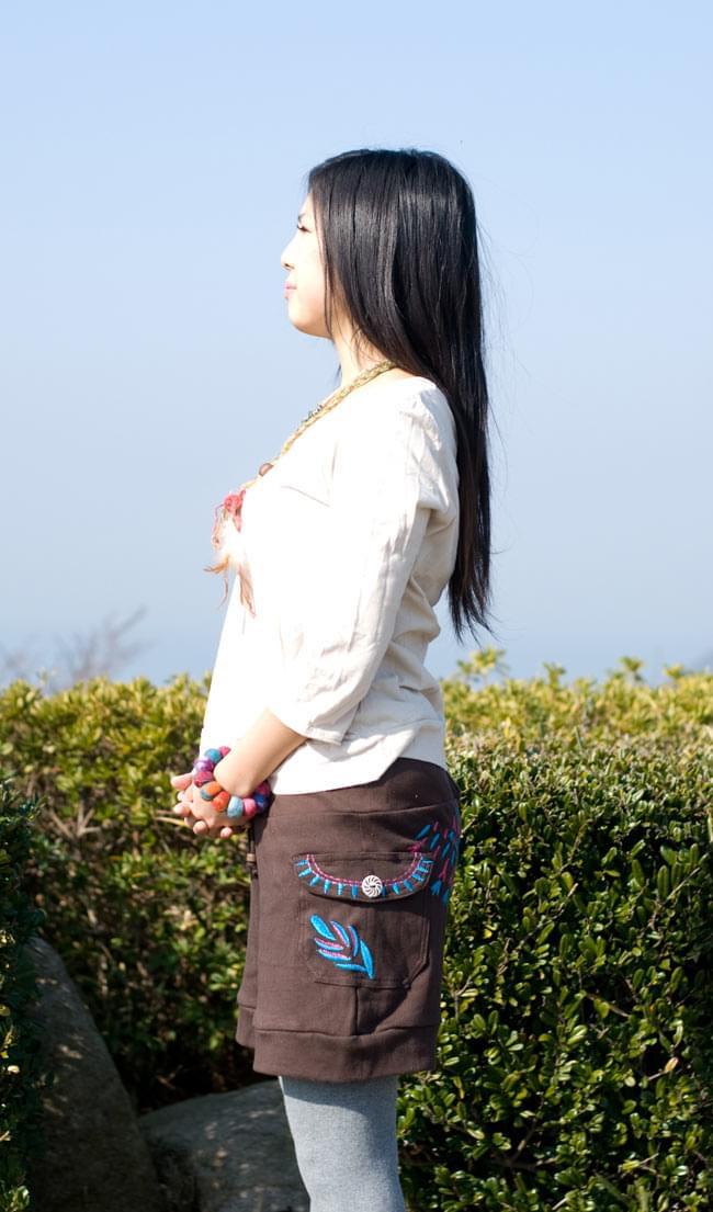 バック刺繍スウェットショートパンツ 【茶】の写真2 - サイドのポケットの刺繍も目を引きますね!