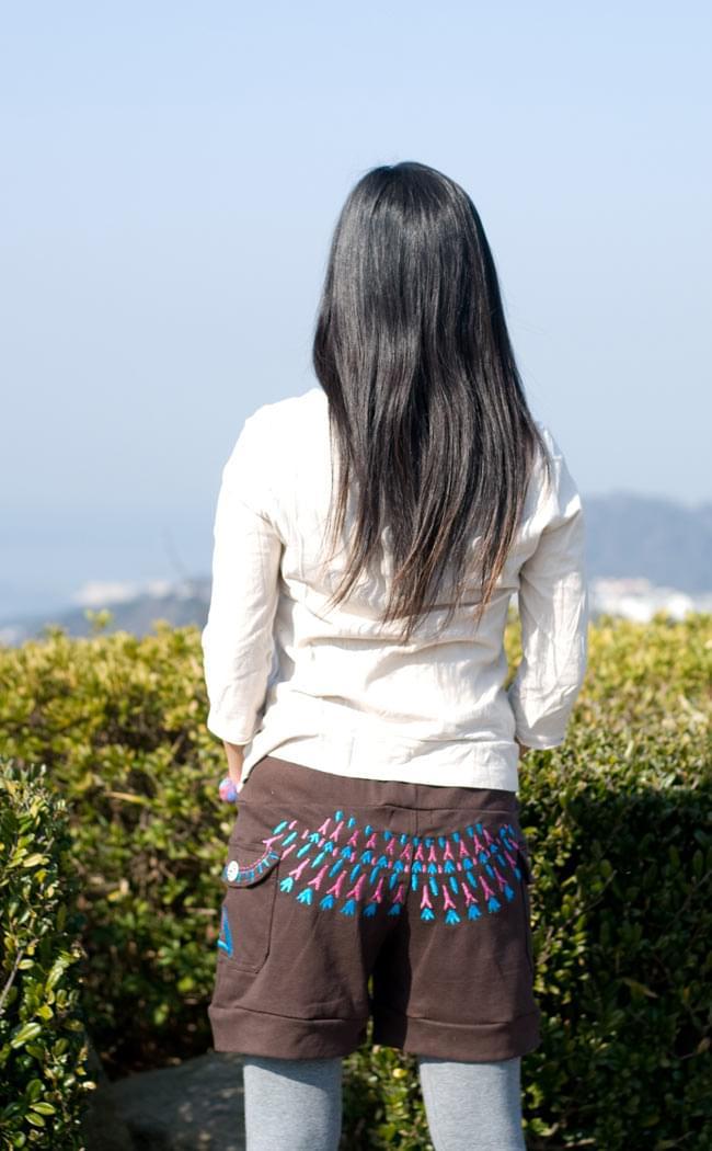 バック刺繍スウェットショートパンツ 【茶】の写真3 - 後ろ姿はこんなかんじです。刺繍が目を引きますね。
