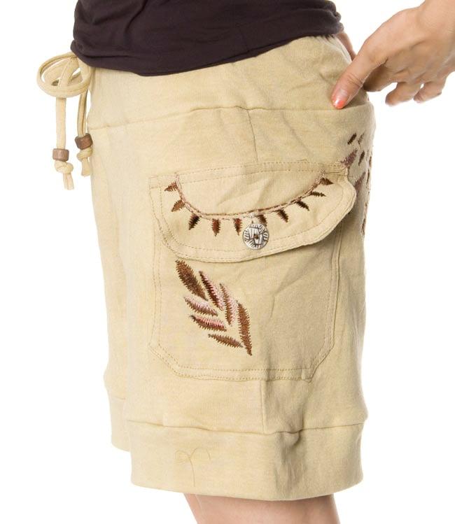 バック刺繍スウェットショートパンツ 【ベージュ】の写真4 - ポケットにも刺繍があります。ボタンも可愛いですね。