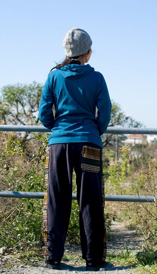 ネパールのフリースロングパンツ 【黒】 2 - 後ろ姿です。こちらのお色はポケットがひとつのデザインになります。