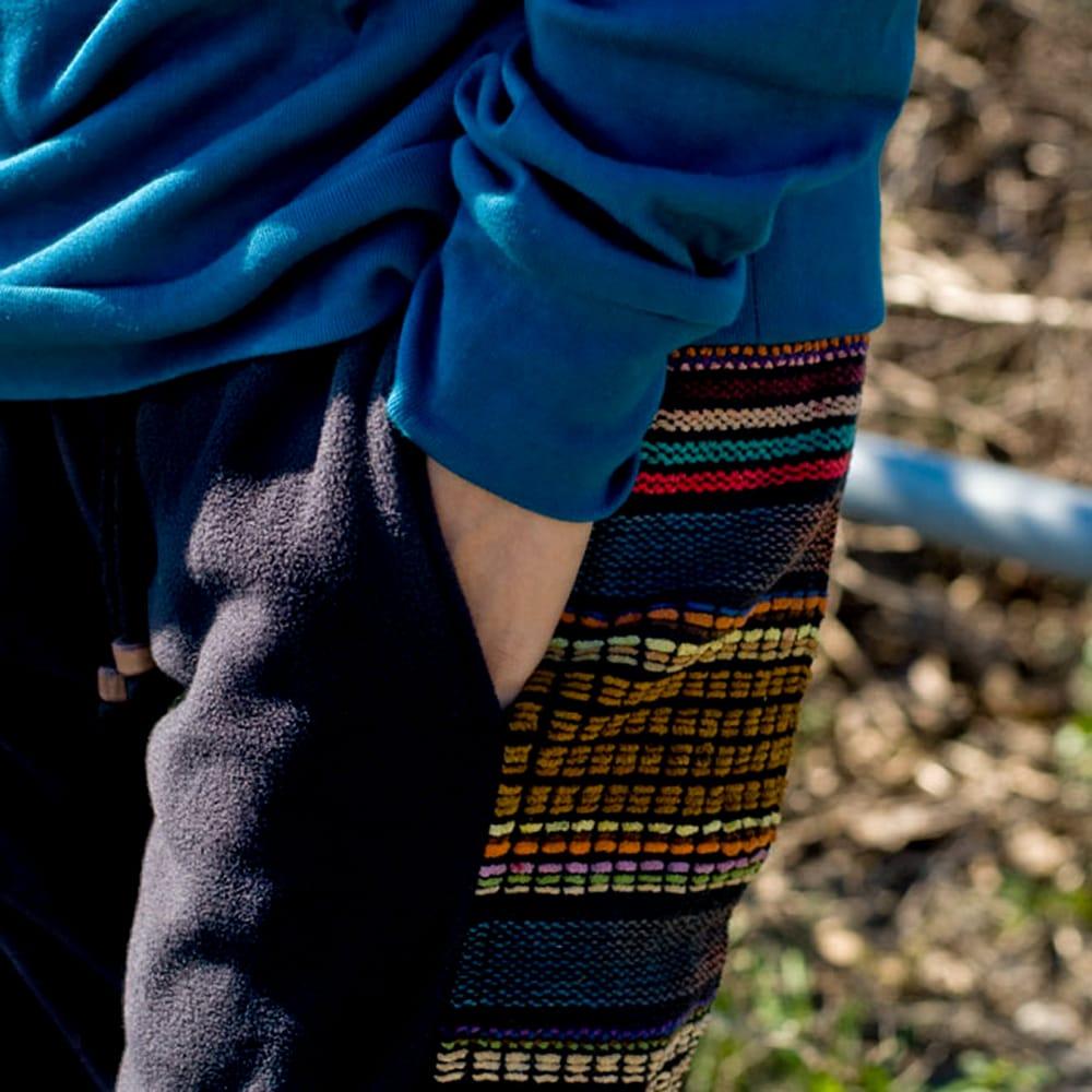 ネパールのフリースロングパンツ 【黒】 3 - サイドポケットもあるのでやっぱり便利です。