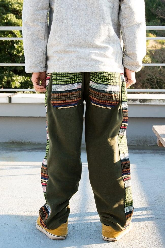 ネパールのフリースロングパンツ 【カーキ】 3 - 後ろ姿はこんな感じです。ポケットのデザインが個性的です。