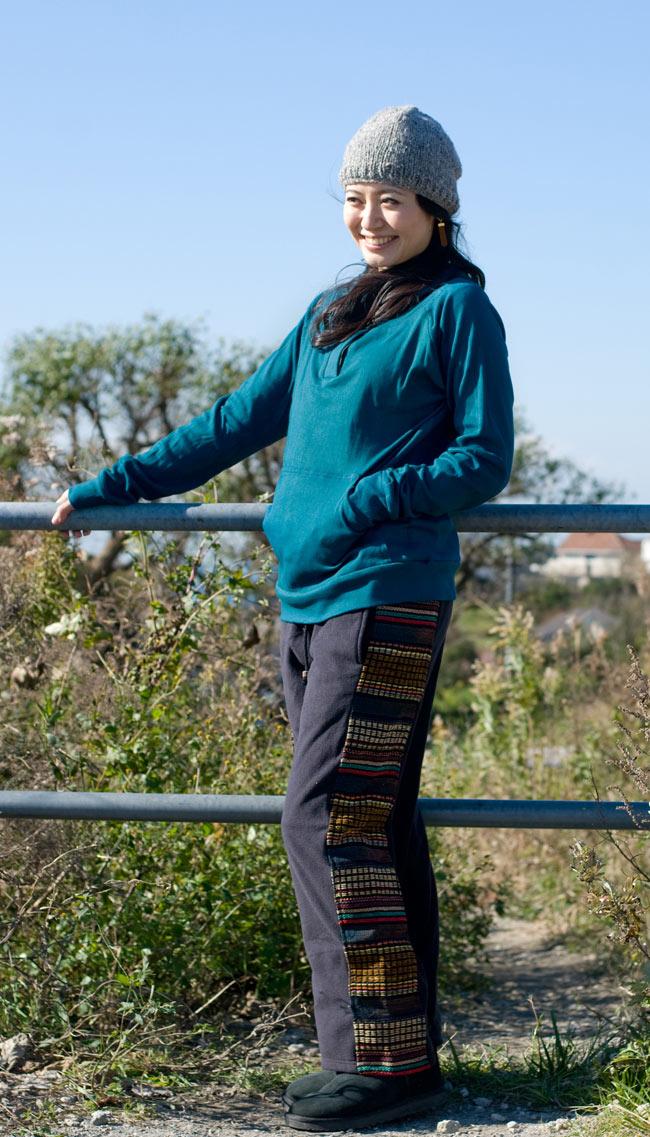 ネパールのフリースロングパンツ 【ベージュ】の写真3 - こちらは色違いを身長165cmのスタッフが着てみました。