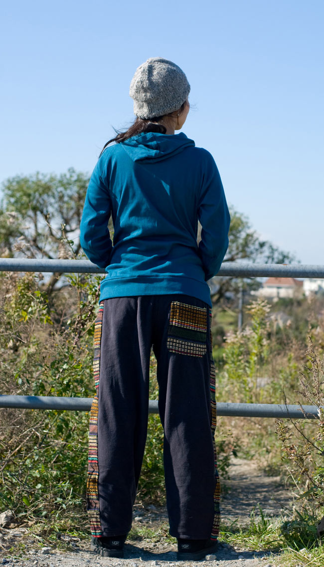 ネパールのフリースロングパンツ 【ベージュ】の写真4 - 後ろ姿です。お送りするものは、こちらと同じように後ろにはポケットがひとつついています。