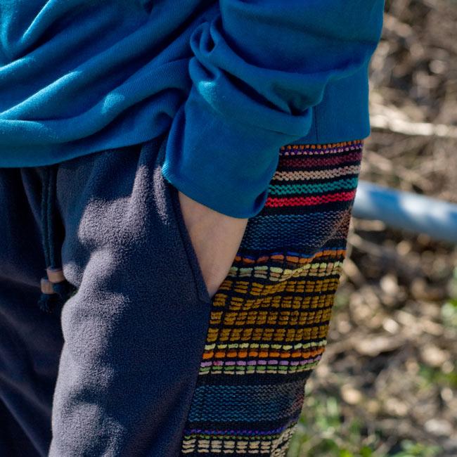 ネパールのフリースロングパンツ 【ベージュ】の写真5 - サイドにもポケットがあるのは便利ですね。