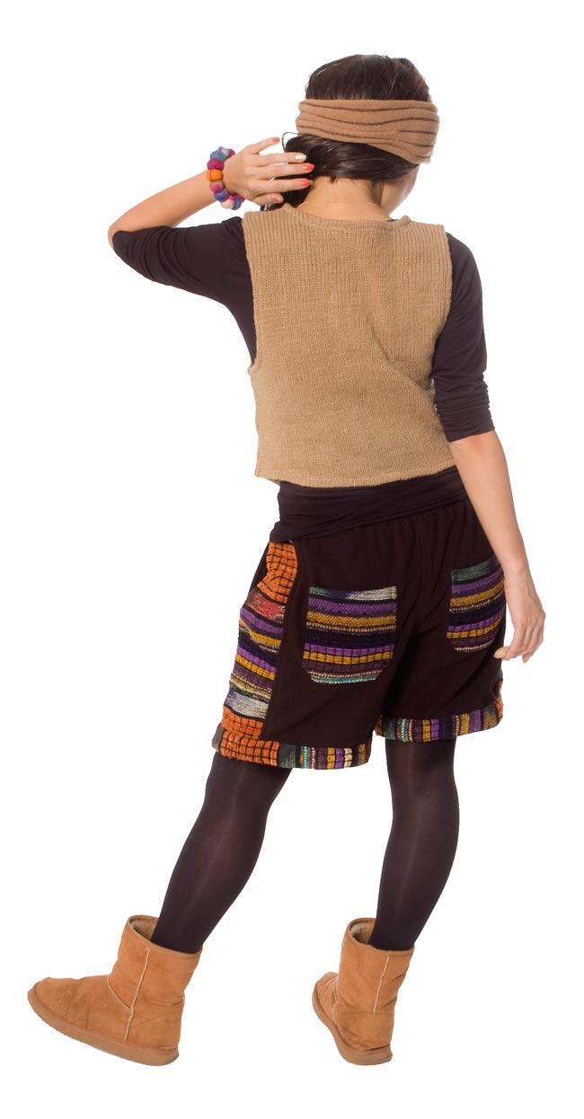 ネパールのフリースハーフパンツ 【黒】 3 - 後ろ姿はこんな感じです。ポケットのデザインが個性的です。