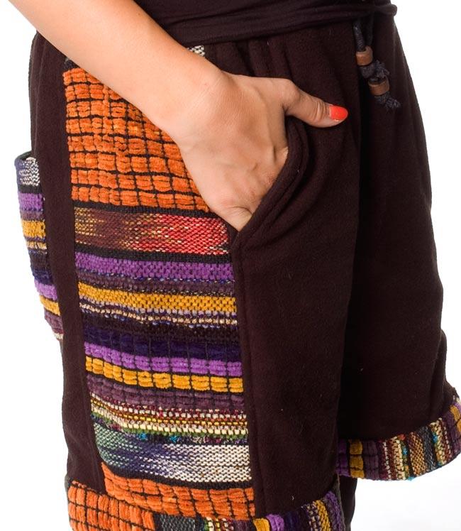 ネパールのフリースハーフパンツ 【黒】 5 - サイドにもポケットがあるのは便利ですね。
