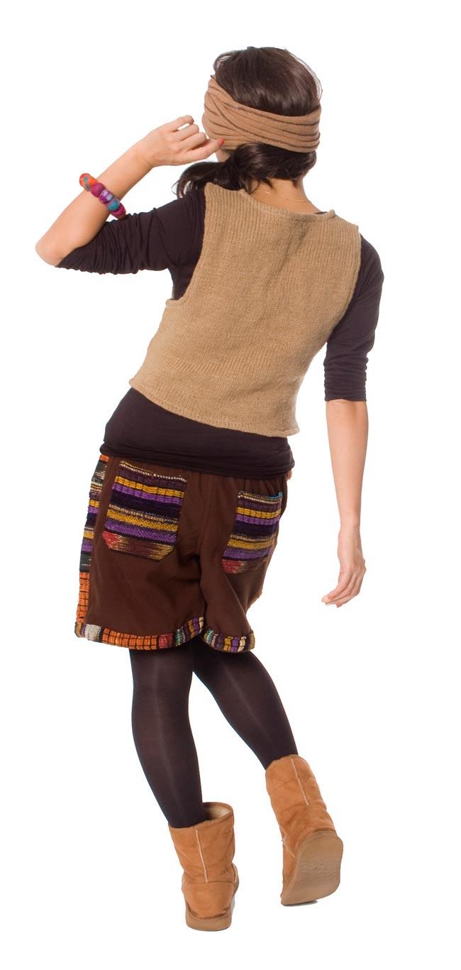 ネパールのフリースハーフパンツ 【茶】 3 - 後ろ姿はこんな感じです。ポケットのデザインが個性的です。