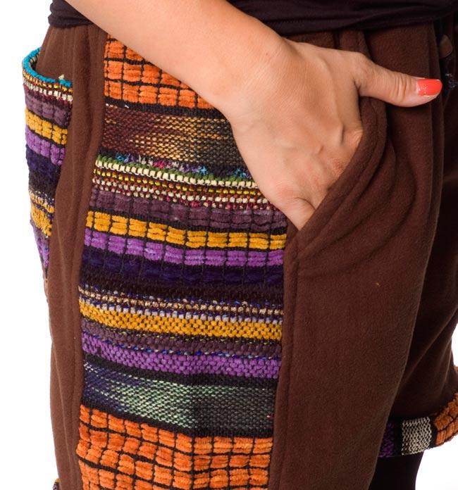 ネパールのフリースハーフパンツ 【茶】 5 - サイドにもポケットがあるのは便利ですね。