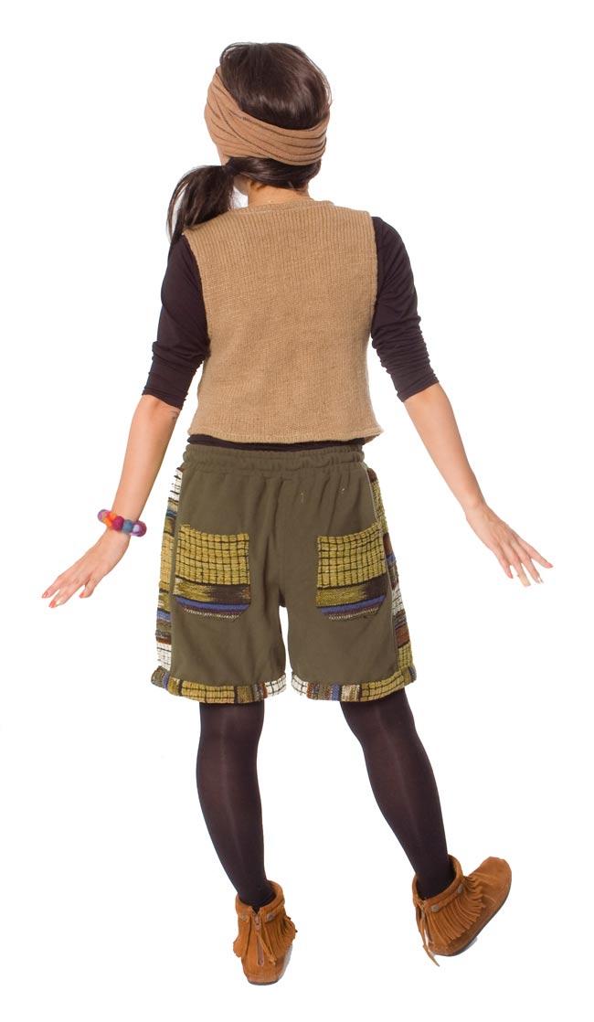 ネパールのフリースハーフパンツ 【カーキ】 3 - 後ろ姿はこんな感じです。ポケットのデザインが個性的です。