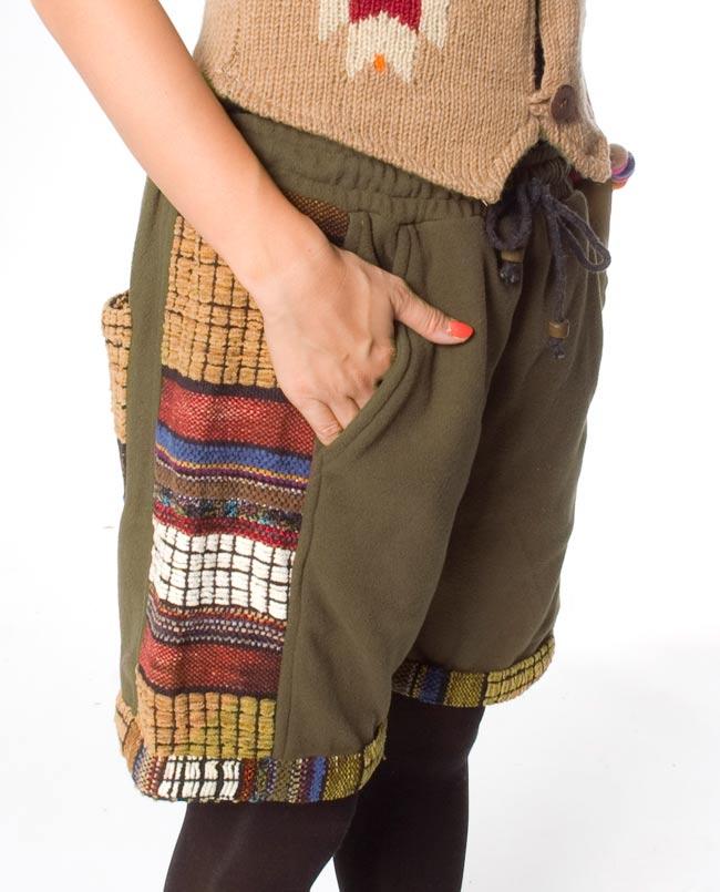 ネパールのフリースハーフパンツ 【カーキ】 5 - サイドにもポケットがあるのは便利ですね。