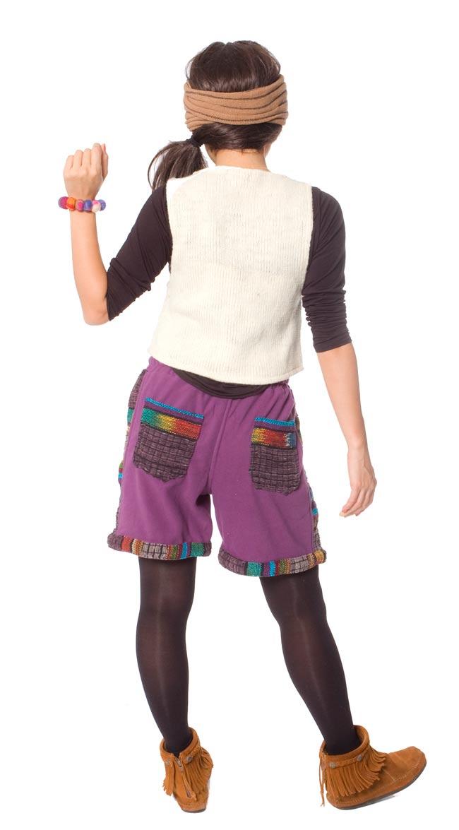 ネパールのフリースハーフパンツ 【紫】 3 - 後ろ姿はこんな感じです。ポケットのデザインが個性的です。
