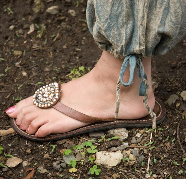 ストーンウォッシュの八分丈パンツ 【ブルーグレー】 4 - 裾は紐でキュッと結ぶデザインです。