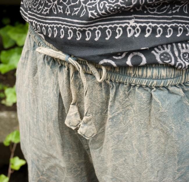 ストーンウォッシュの八分丈パンツ 【ブルーグレー】 6 - ウエストはゴムと紐なのでラクチンです。